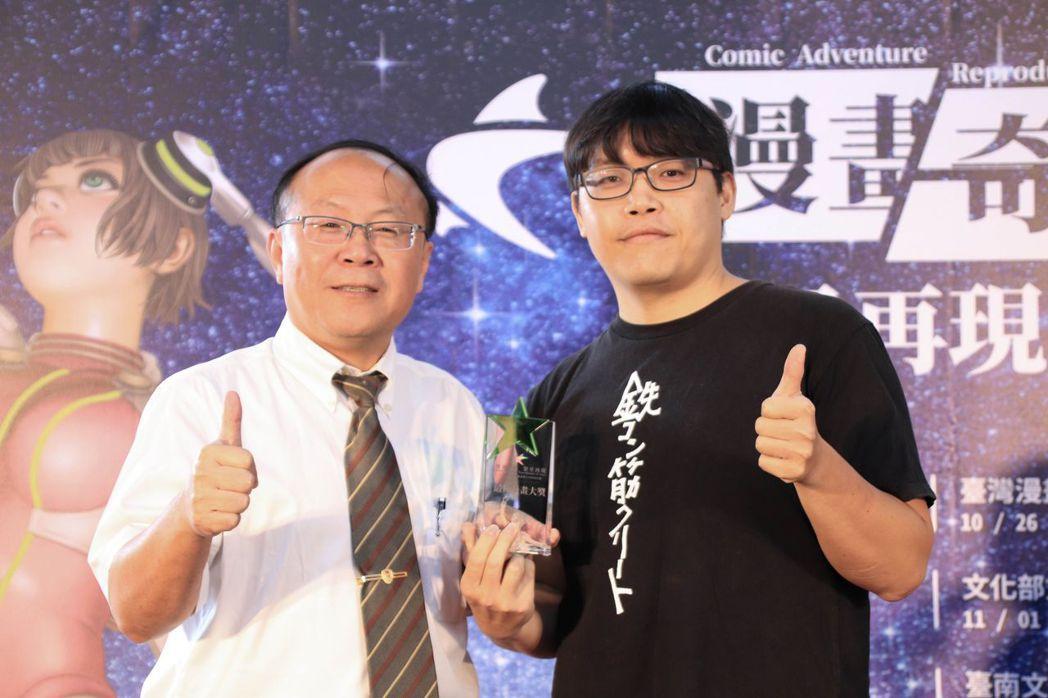 南臺科大學術副校長賴明材(左)頒「最佳漫畫大獎」給獲獎學員。 南臺科大/提供
