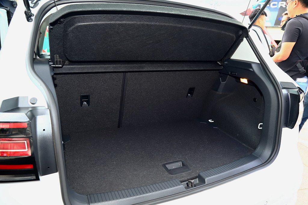福斯T-Cross具備385至455L的行李廂空間,後座打平後可一舉擴充至1,2...