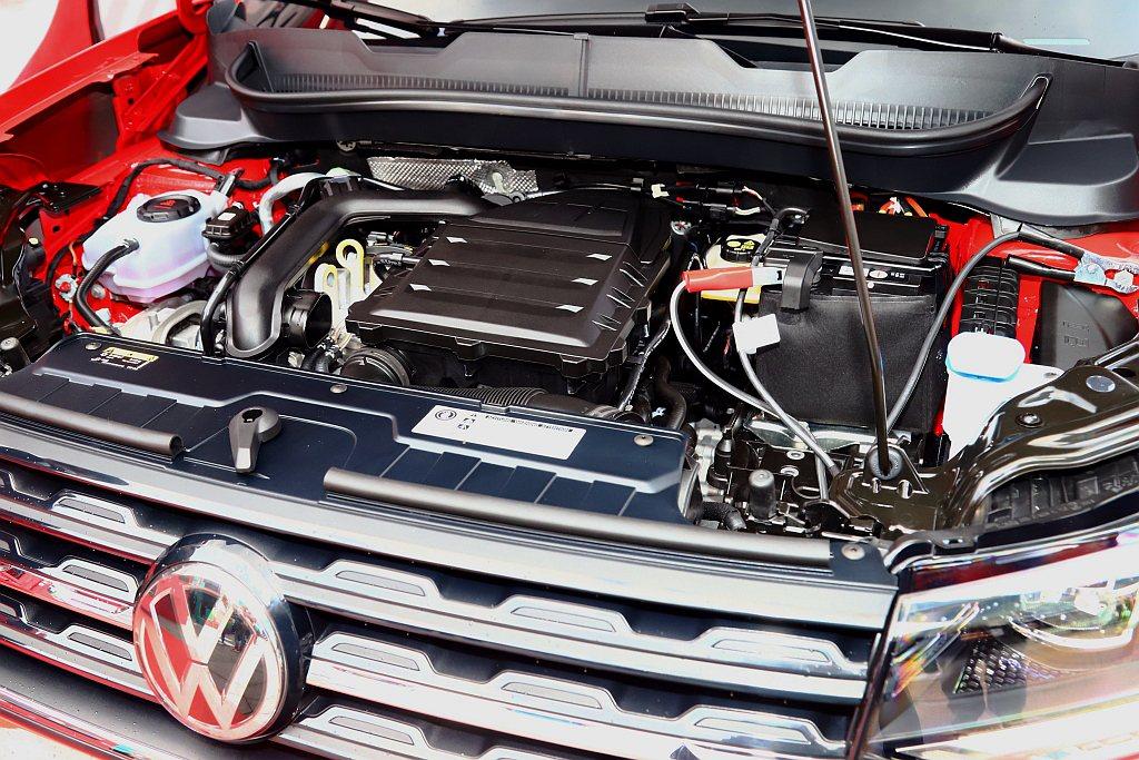 福斯T-Cross搭載1.0L直列三缸TSI汽油渦輪增壓引擎,可提供115hp最...