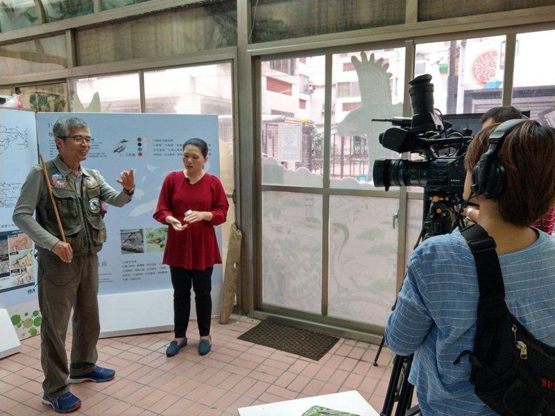 吳豫州(左)教官退休後,改當桃園野鳥學會理事長,常接受媒體訪問,宣導野鳥保育觀念...