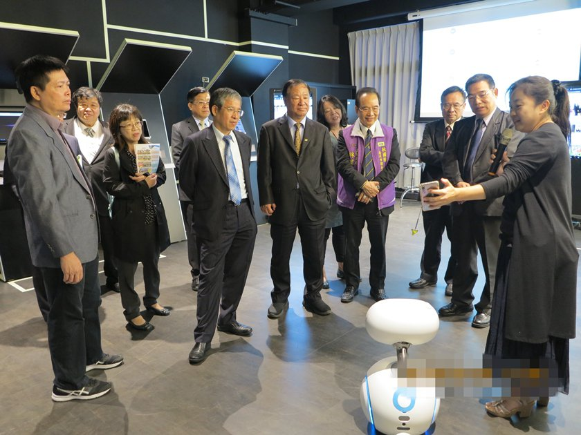 簽約儀式結束後,中國科技大學校長唐彥博帶領救國團主任葛永光與主管們,參觀該校智慧...