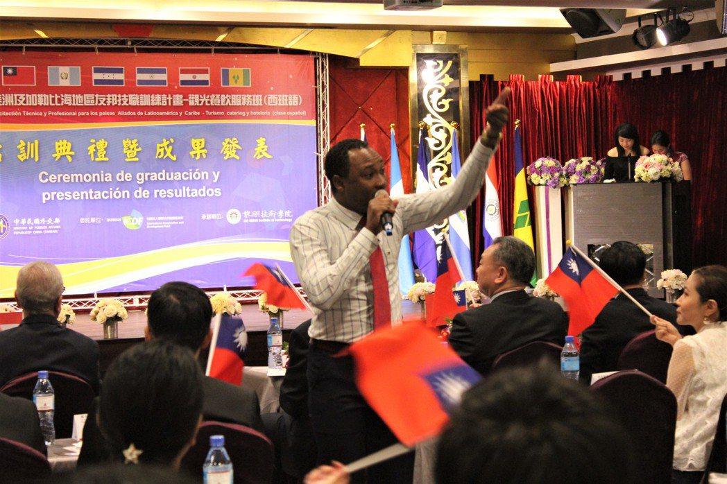 聖文森學員,特別譜寫「我是台灣人」,配上滿場揮舞的國旗,讓現場氣氛嗨到最高點。 ...