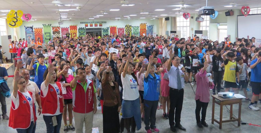 家樂福文教基金會到高雄市民族國小推展「吾食吾課」活動,帶領500位學童以遊戲的方...