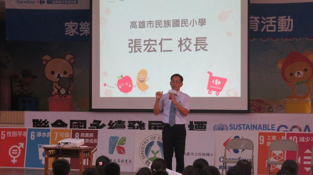 民族國小校長張宏仁勉勵學生要有正確食物觀念 。 李福忠/攝影