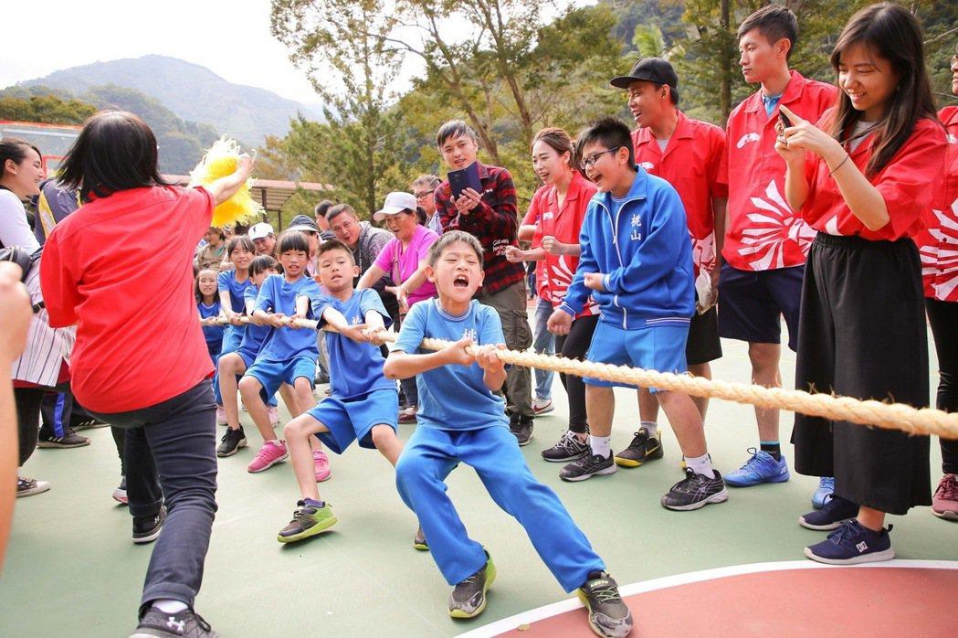 2019中華三菱偏鄉小學運,小朋友展現團隊合作精神力拔山河。 圖/中華三菱提供
