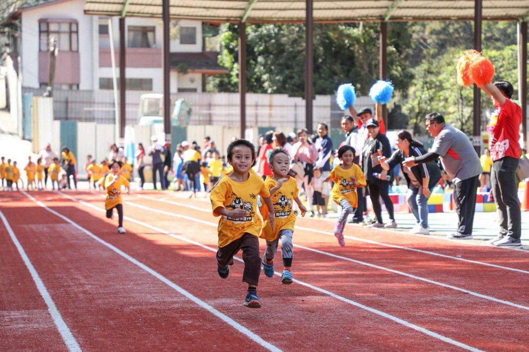 中華三華偏鄉小學運讓百人以下的迷你小學也能舉辦運動會,小朋友同場較勁。 圖/中華...