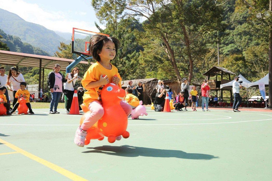 偏鄉小學運將資源送進部落,趣味闖關活動孩子們玩得開心。 圖/中華三菱提供
