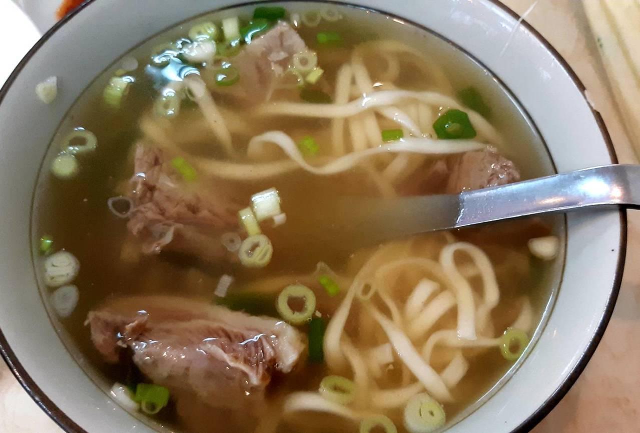 北投金春發牛肉麵清燉湯頭很鮮美。 圖/柯意如攝影
