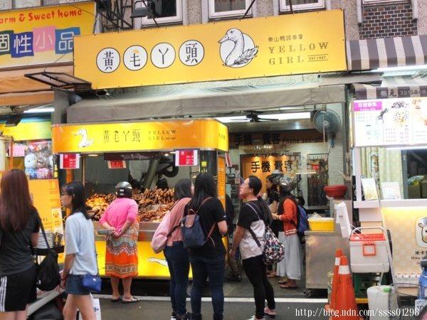 看到這等待人潮就知道有多好吃了!很多饕客剛點完會先去附近逛一逛再回來拿。