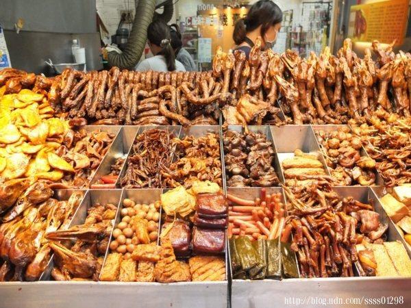 攤位上的食材多到讓我難以選擇,每種都好想買來吃看看,皆會以古法滷製,醬汁香甜入味。