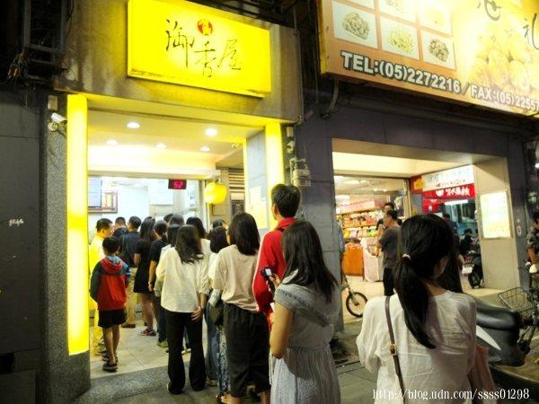 從我們來到店門口跟著排隊到買完飲料離開,這長長的購買人潮沒斷過。