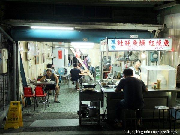 開在文化路夜市阿娥豆花旁的「阿龍土魠魚羹」作風低調,卻是在地人口中的隱藏版內行美食。