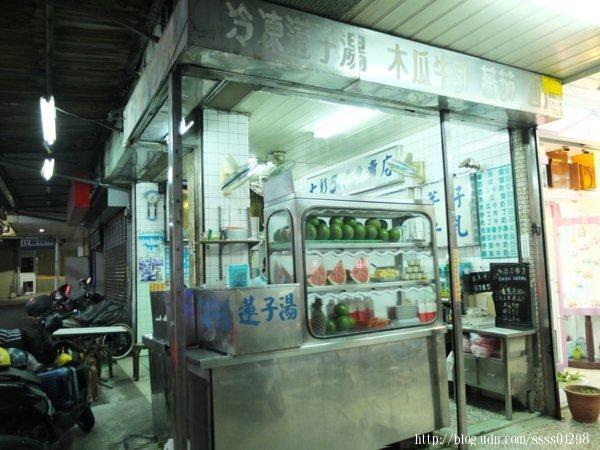 在地超過一甲子的「七彩500cc木瓜牛奶專賣店」是遊子異鄉的懷念味。