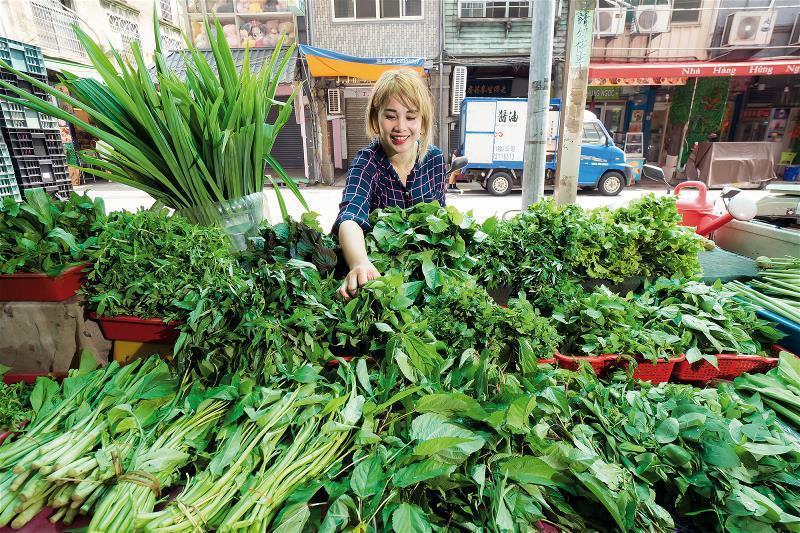 全年無休的菜攤,為新住民一解鄉愁。