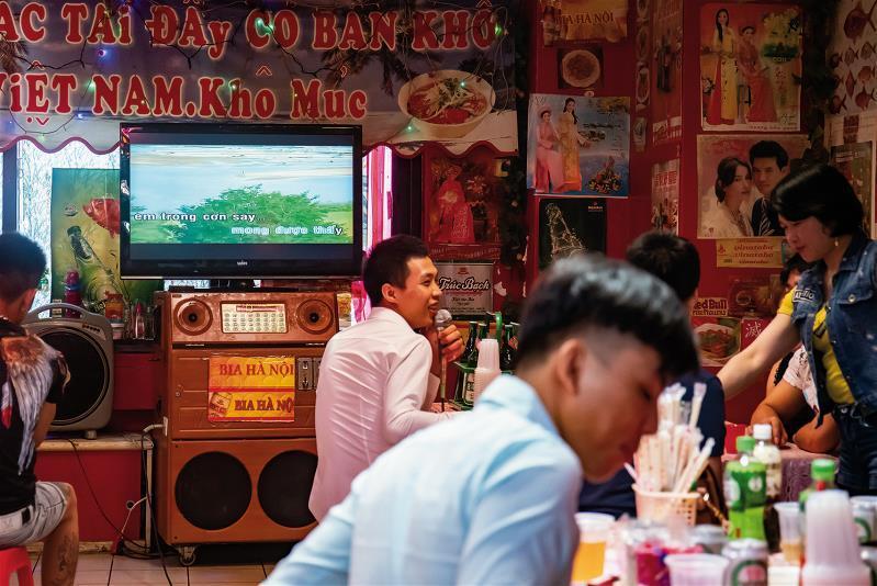 每到周末就人聲鼎沸的小吃店,除了用餐,常附設卡拉OK,讓人高歌一曲。