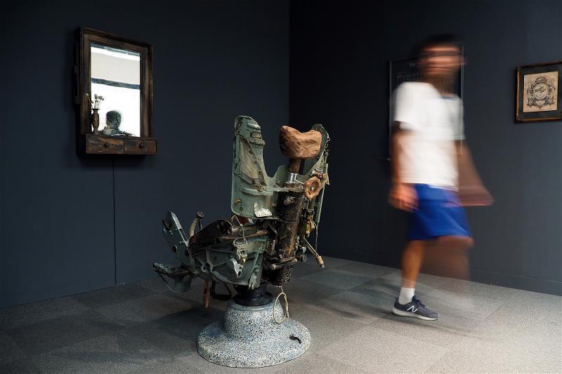 將戰鬥機駕駛座改造成理髮椅,並播放南越理髮師替北越退伍軍人刮鬍子的影片;越南藝術...