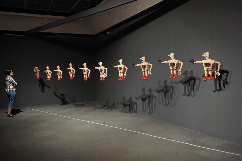 赫利‧多諾以印尼傳統皮影戲偶所發想的〈壞人〉,九把槍向著一把槍,到底哪一方是壞人...