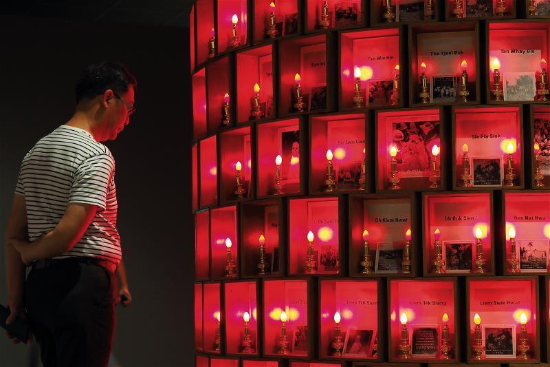 透過作品引發觀者思考,才是當代藝術家的創作目的。圖為印尼胡丰文的作品〈骨墓紀念碑...