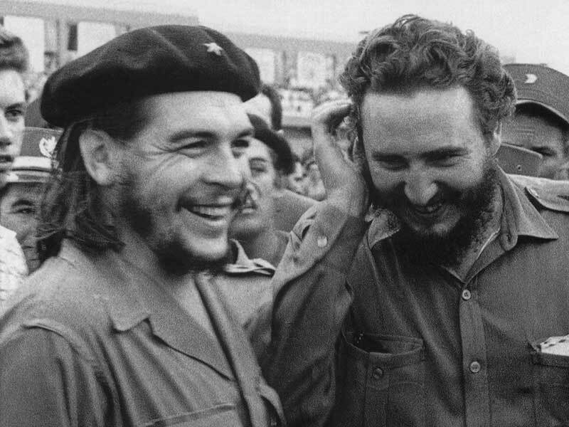 1960年代擔任古巴總理的卡斯楚(右)與跑到阿根廷擔任游擊隊領袖的切‧格瓦拉(左)合影。(法新社)