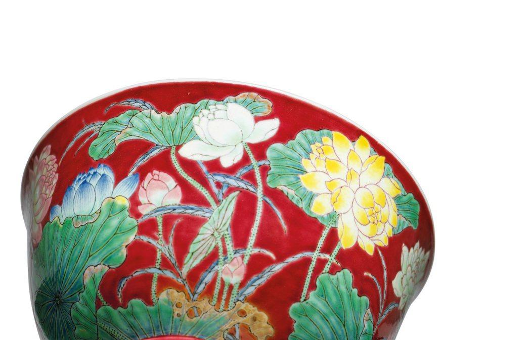 康熙琺瑯彩千葉蓮盌繪有罕見的千瓣蓮。 圖/佳士得提供