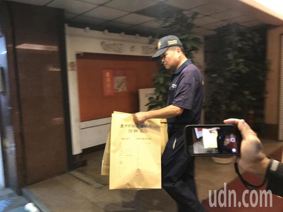 台中市警方昨晚漏夜調查,並帶回多包相關物證,以釐清案情。記者林佩均/攝影