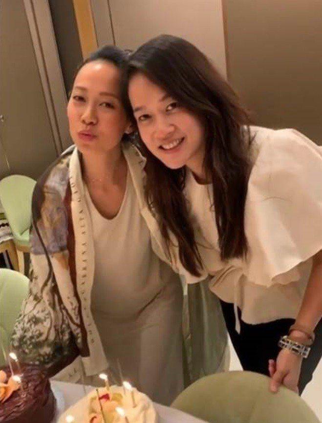 邢嘉倩(左)。圖/摘自IG
