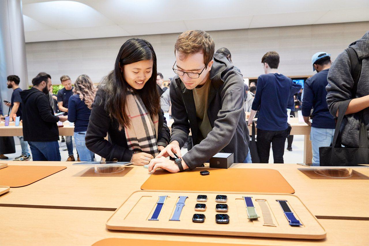 Apple Watch Series 5 LTE版11月8日正式在台開賣。圖/蘋...