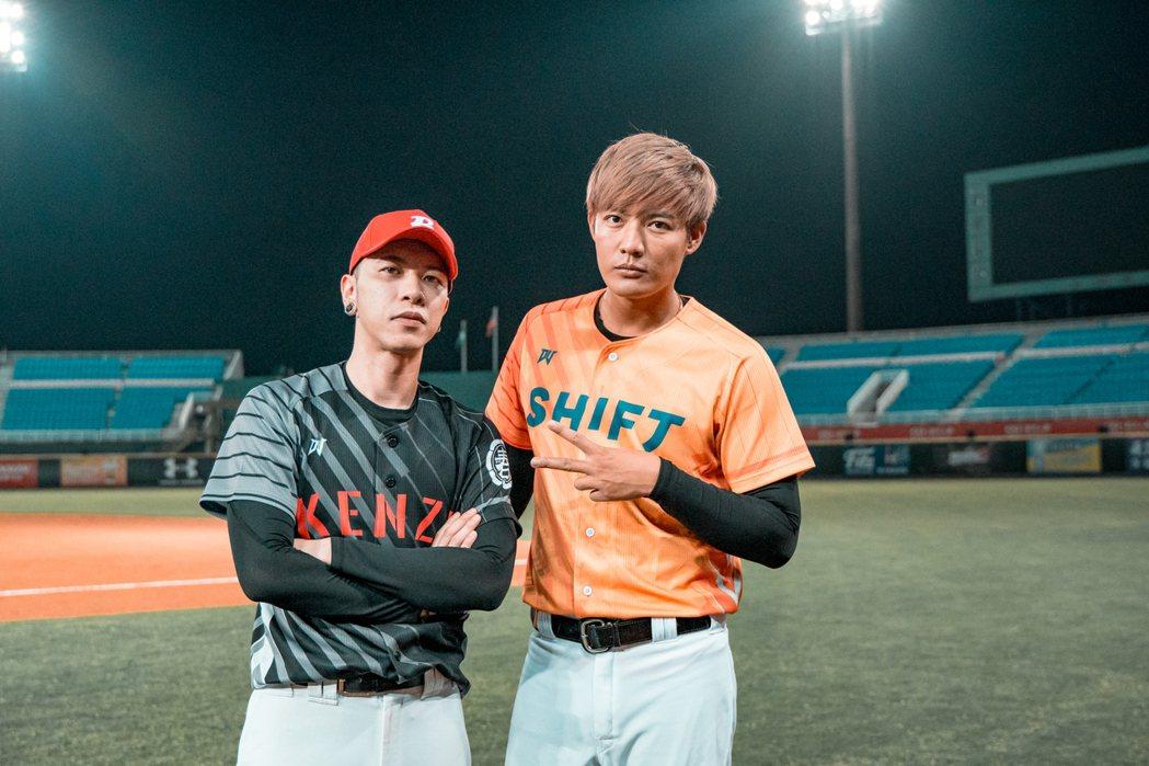 小春(左)邀來王維中客串MV的王牌投手。本色提供