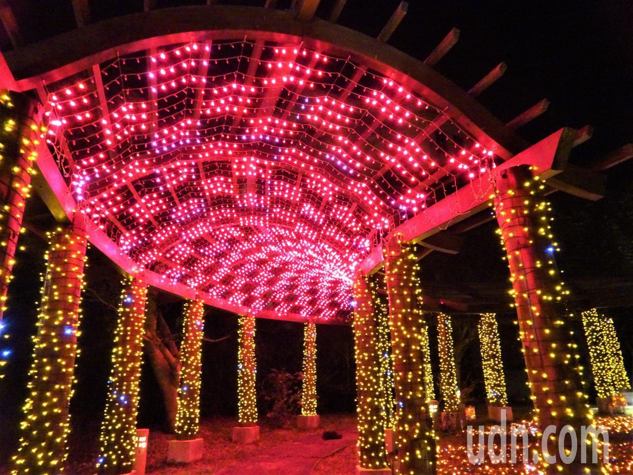 屏東縣政府今年將車城四重溪溫公園打造暖紅和楓葉為元素的燈海區,營造溫暖浪漫的「夜...