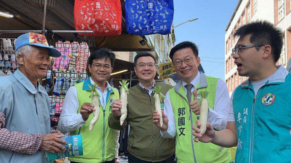 民進黨立委郭國文(右二)今天由黨主席卓榮泰陪同在台南麻豆市場拜票。記者吳淑玲/攝影