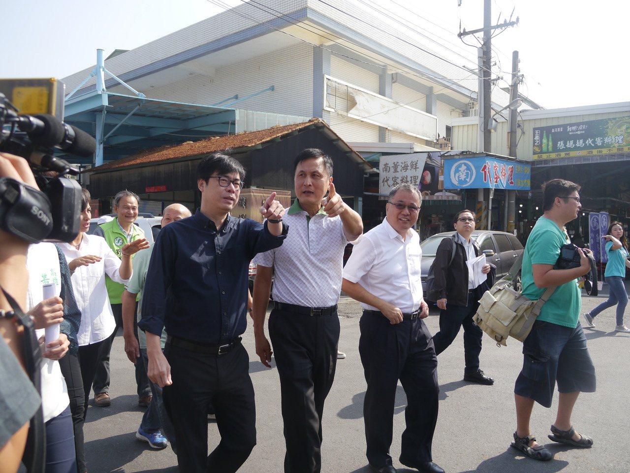 行政院副院長陳其邁(左一)在梓官漁會總幹事張漢雄(中)陪同下參觀魚市場。記者徐白...