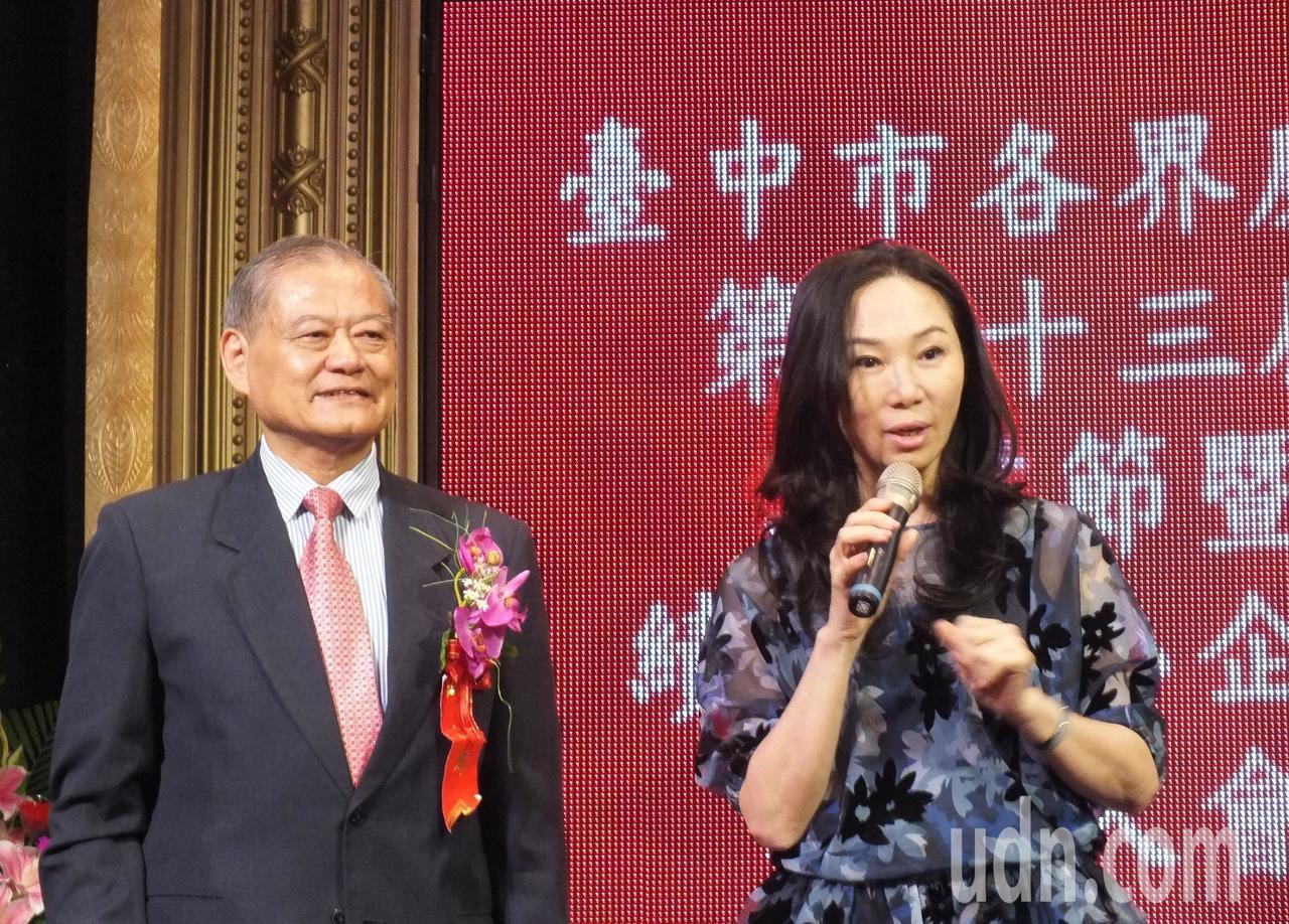 李佳芬(右)今天在台中市各界慶祝工業節大會致詞時,大打產業牌。她以韓國瑜提出學貸...