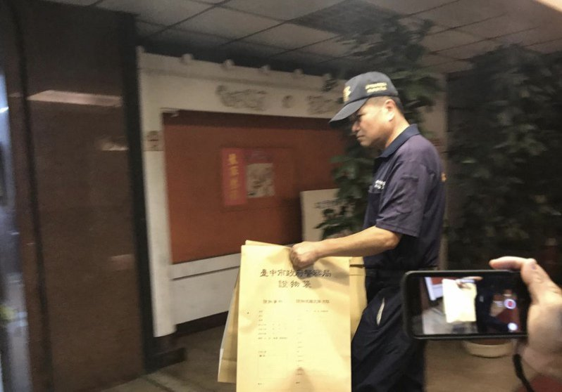 台中市驚傳三屍命案,台中市警方昨晚漏夜調查,並帶回多包相關物證,以釐清案情。記者林佩均/攝影