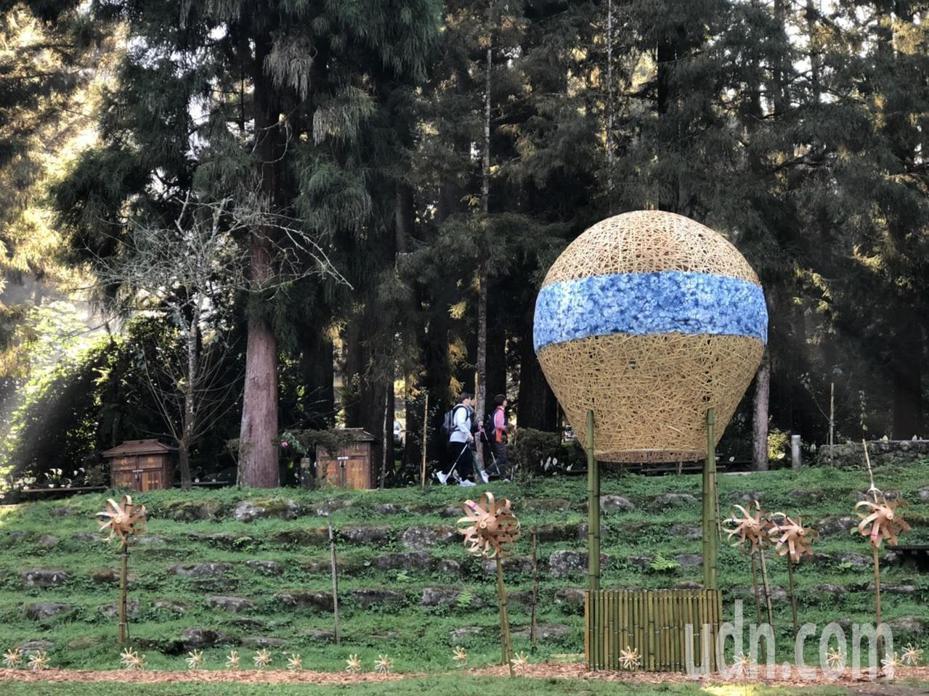 竹文化節邀請竹藝大師徐暋盛構思創作,採用熱汽球為主題創作「飛翔熱氣球」竹編裝置藝術代表啟程。記者黑中亮/攝影