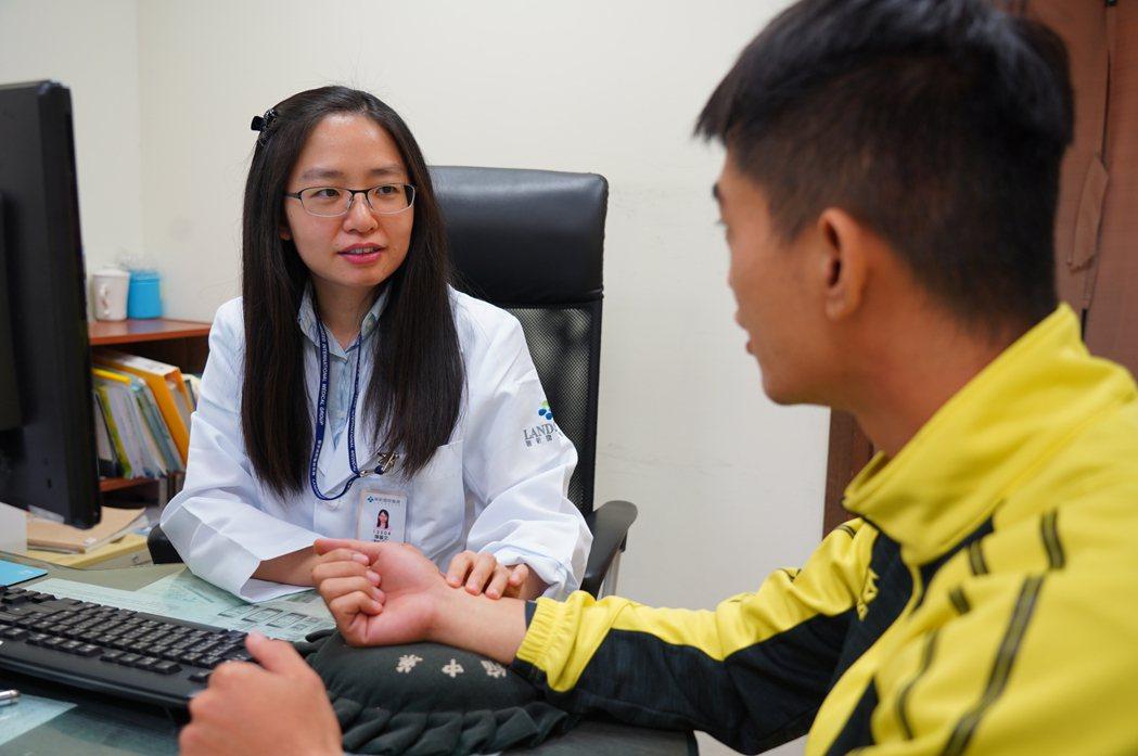 醫師陳藝文提醒,有三高疾病、慢性病或心血管疾病的民眾不宜冒然進補,可用足浴或半身...