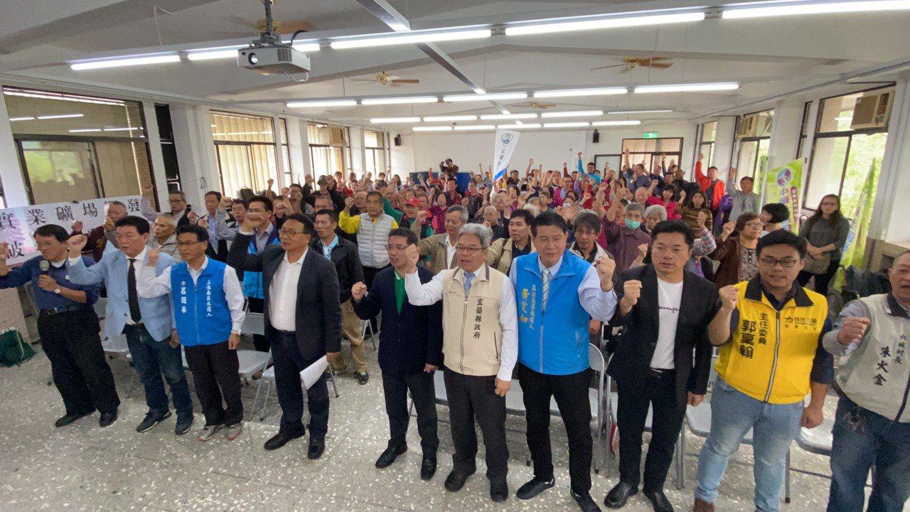 護水源反開礦行動聯盟今天在員山鄉內城不老學校3樓禮堂召開記者會,多人相挺。記者羅...