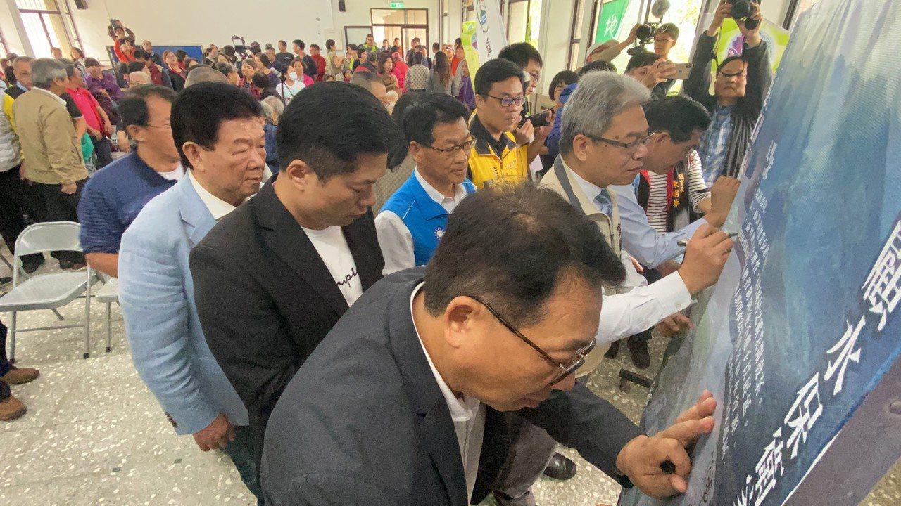 護水源反開礦行動聯盟今天在員山鄉內城不老學校3樓禮堂召開記者會,希望在本月底可以...