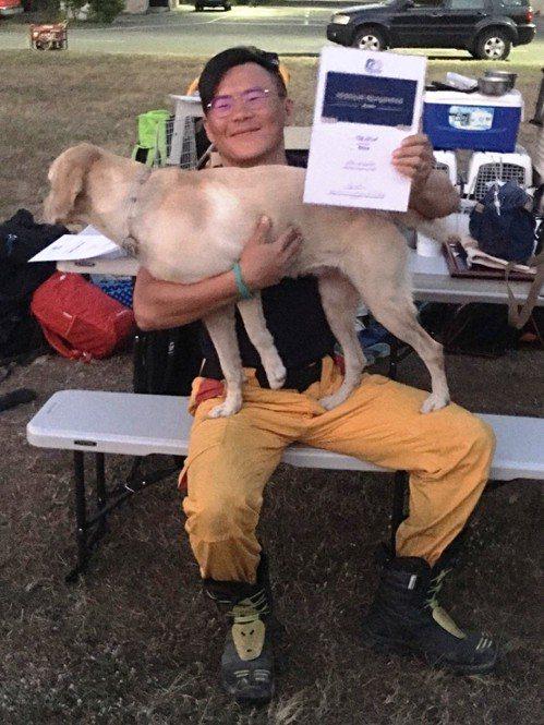 特搜分隊領犬員賴盈瑞與Kenna的默契及平日訓練表現,成功通過MRT認證。記者邵...