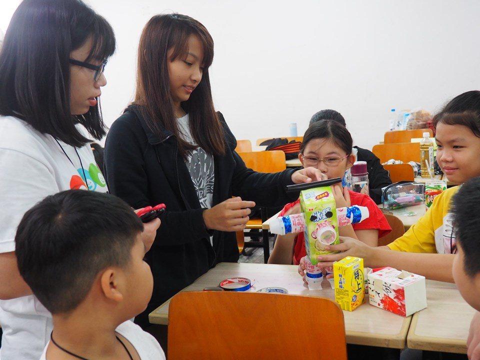 中原大學種籽團為新住民孩子們舉辦「不塑之客環保教育營隊」。圖/中原大學提供