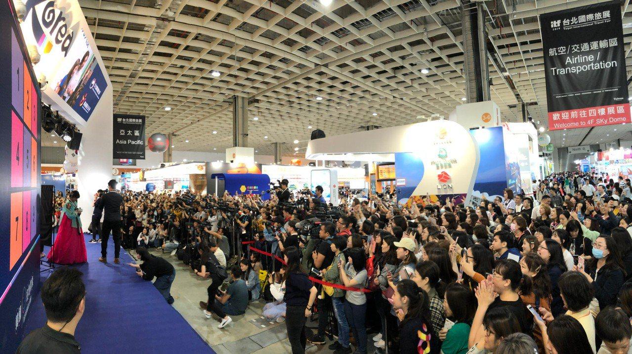 蘇志燮的粉絲形成龐大人海,一度癱瘓舞台現場。圖/韓國觀光公社提供