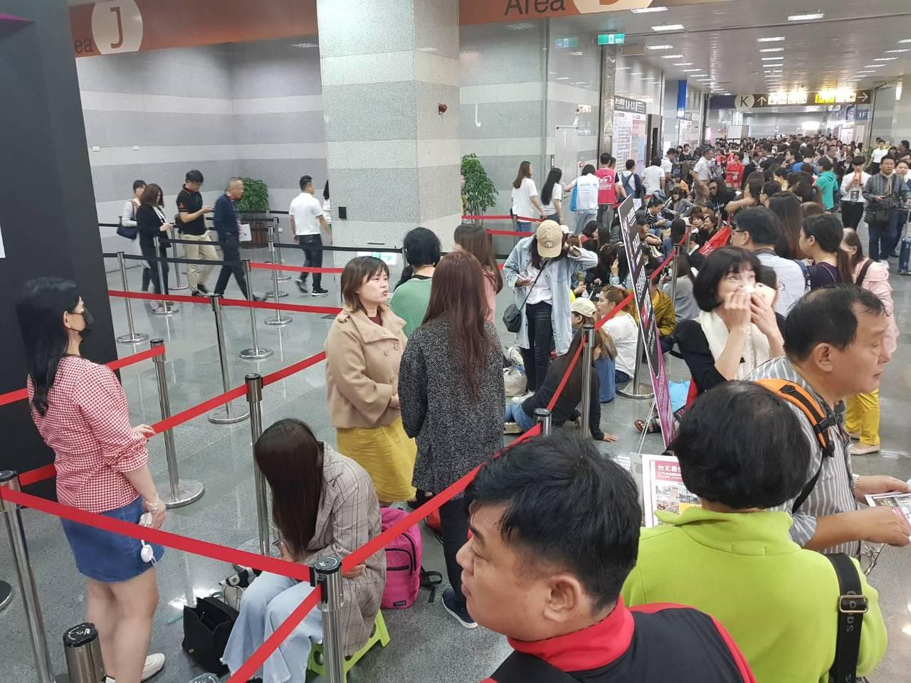 許多蘇志燮的粉絲早上6點就來排隊等候入場。記者陳睿中/攝影
