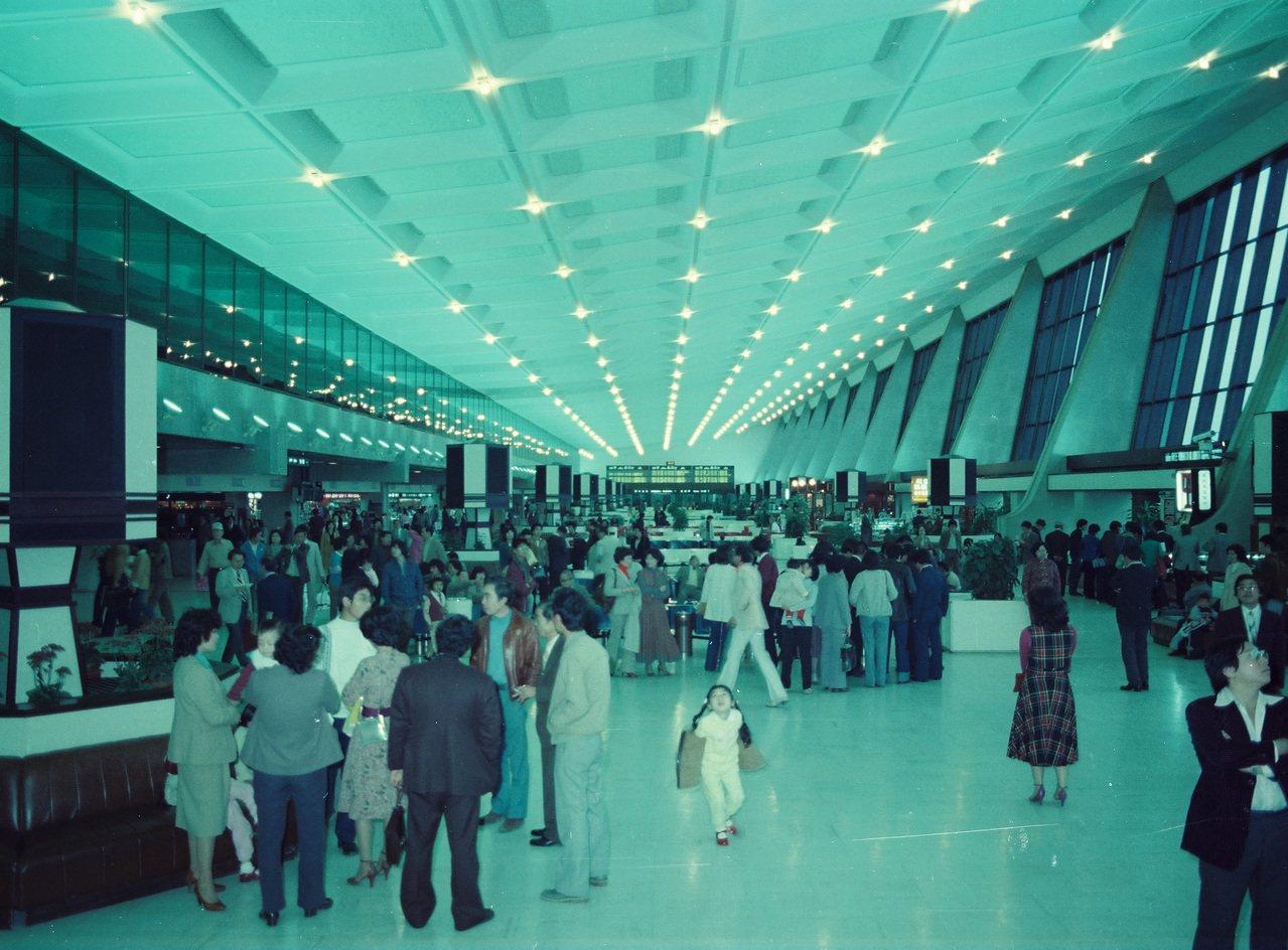 圖為桃園中正機場出境大廳一景。中正機場第一航廈於1979年2月26日啟用,為我國...