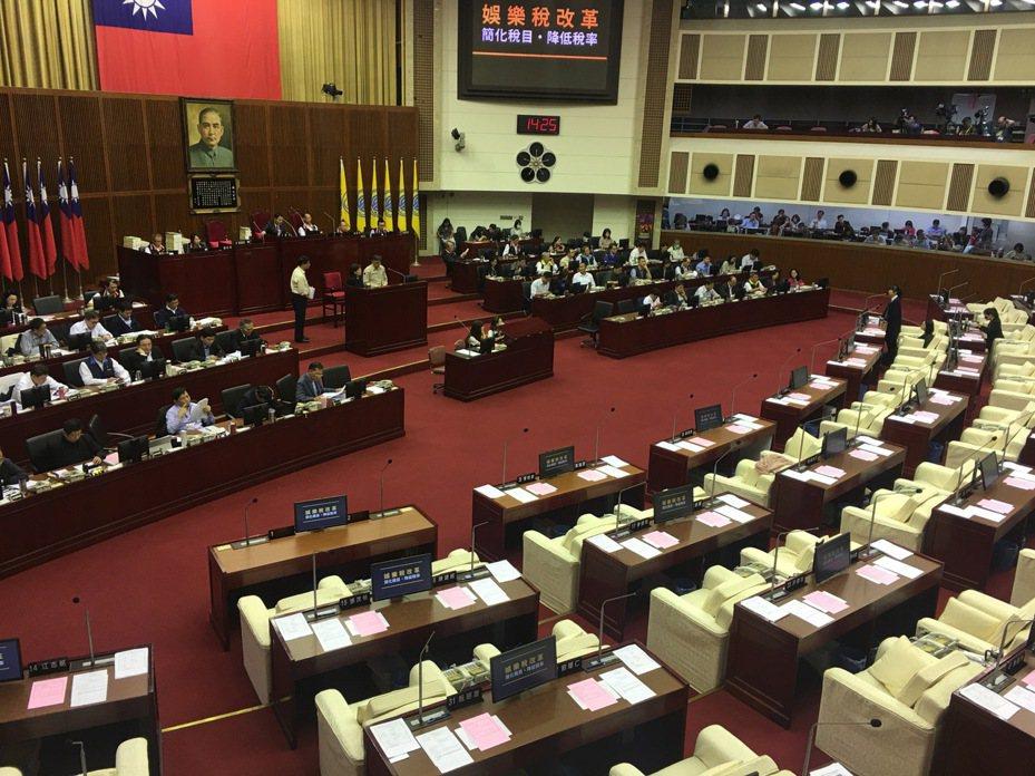 台北市時代力量議員林穎孟今天下午質詢市長柯文哲「娛樂稅」的問題。記者魏莨伊/攝影