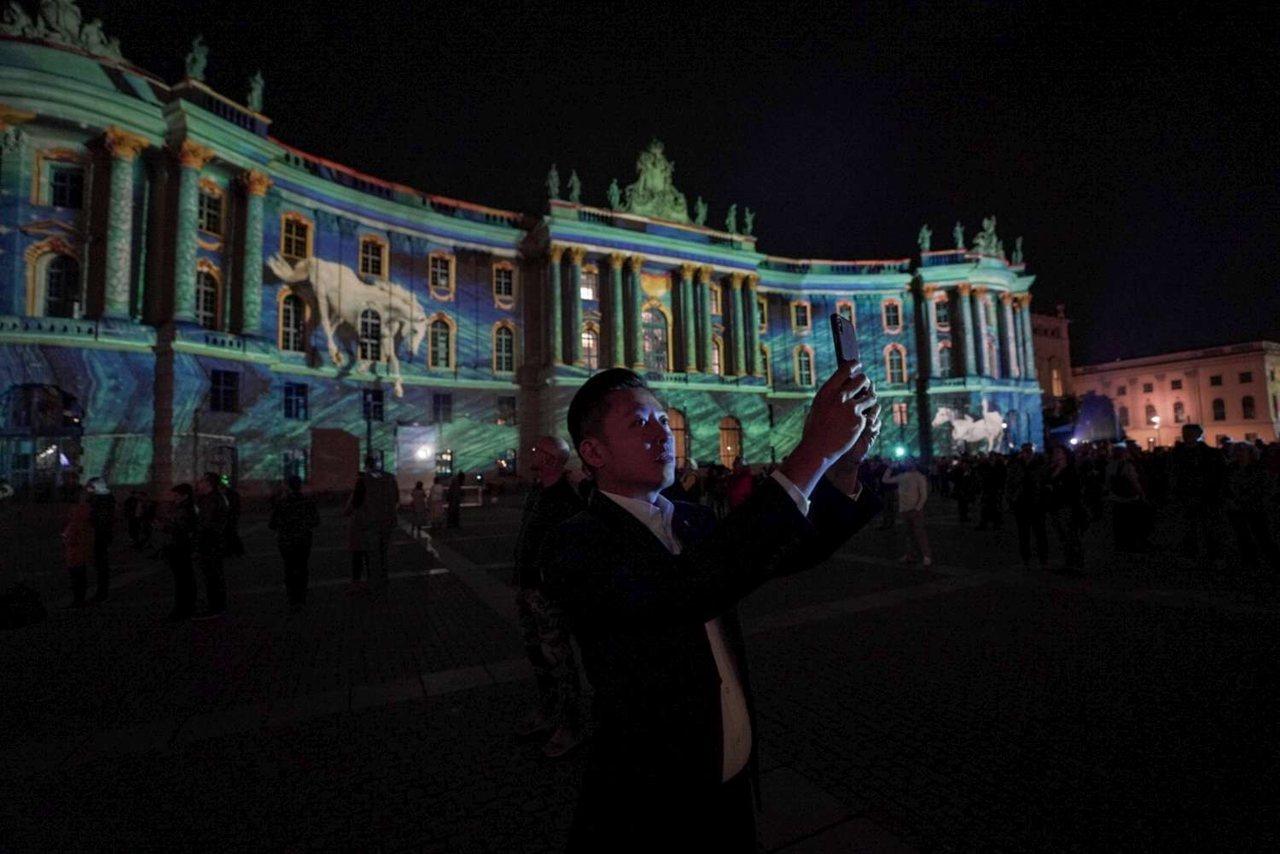 新竹市長林智堅與市府團隊10月參訪德國柏林燈節,跟策展團隊深度討論交流,吸取經驗...
