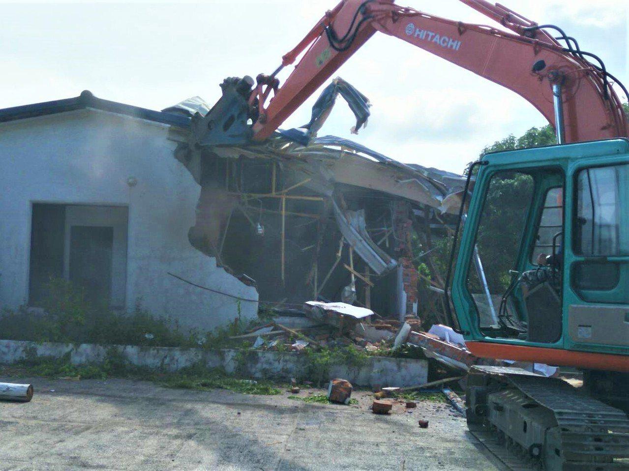 墾管處本周展開為期3天的14件違建強制拆除工作,依慣例拆到「不堪使用」為止,下月...