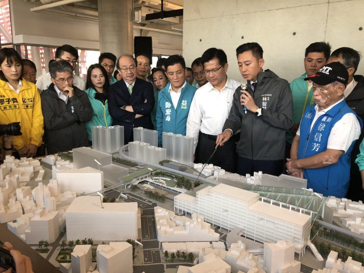 市長林智堅向交通部長林佳龍介紹「新竹火車站改造三部曲」。記者王駿杰/攝影