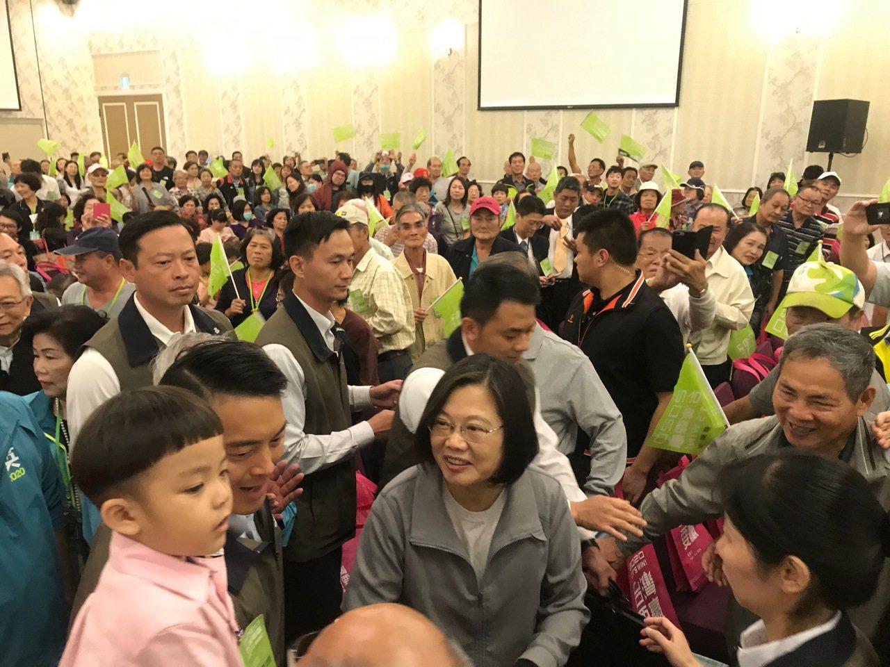 總統蔡英文今到台中參加後援會活動,進場時受到熱烈歡迎。記者洪敬浤/攝影