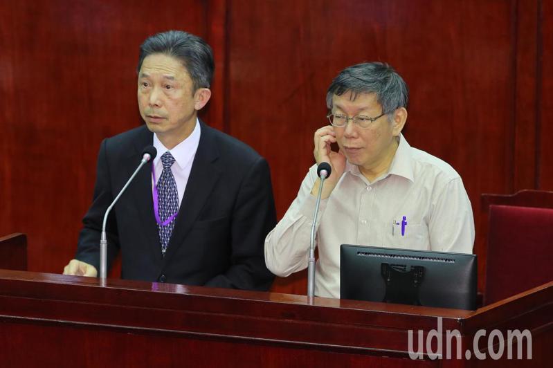 台北市長柯文哲(右)與發言人周台竹(左)針對,藍綠市議員因名稱問題杯葛布拉格與台北市締結姊妹市一事,表達這次簽定協議若遭到暫擱,未來變數將會很大。記者許正宏/攝影
