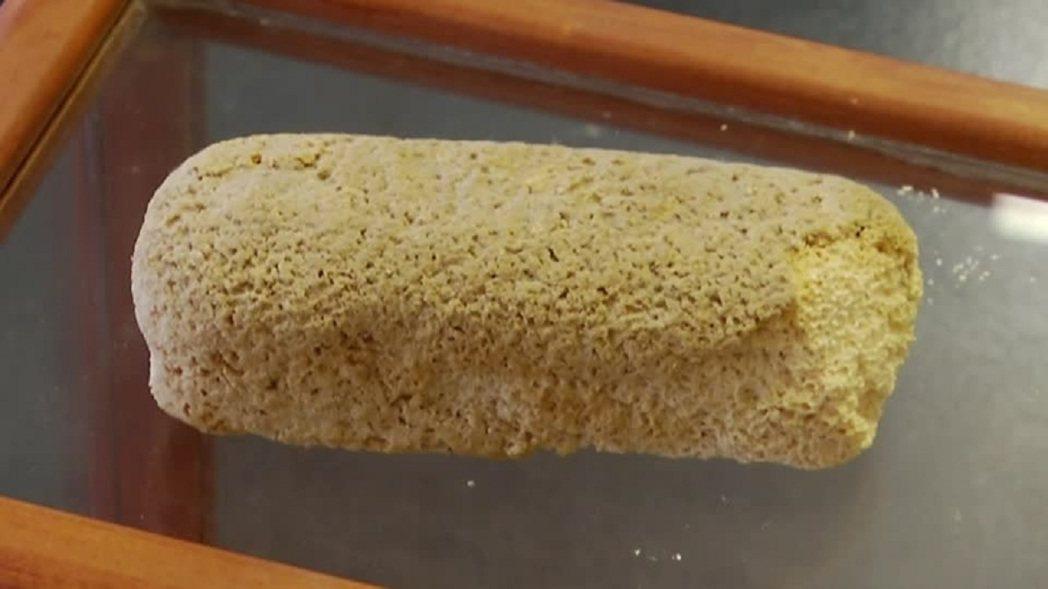 美國緬因州藍丘市喬治.史蒂文斯學院高中收藏的「防腐Twinkie」,目前放在副校...