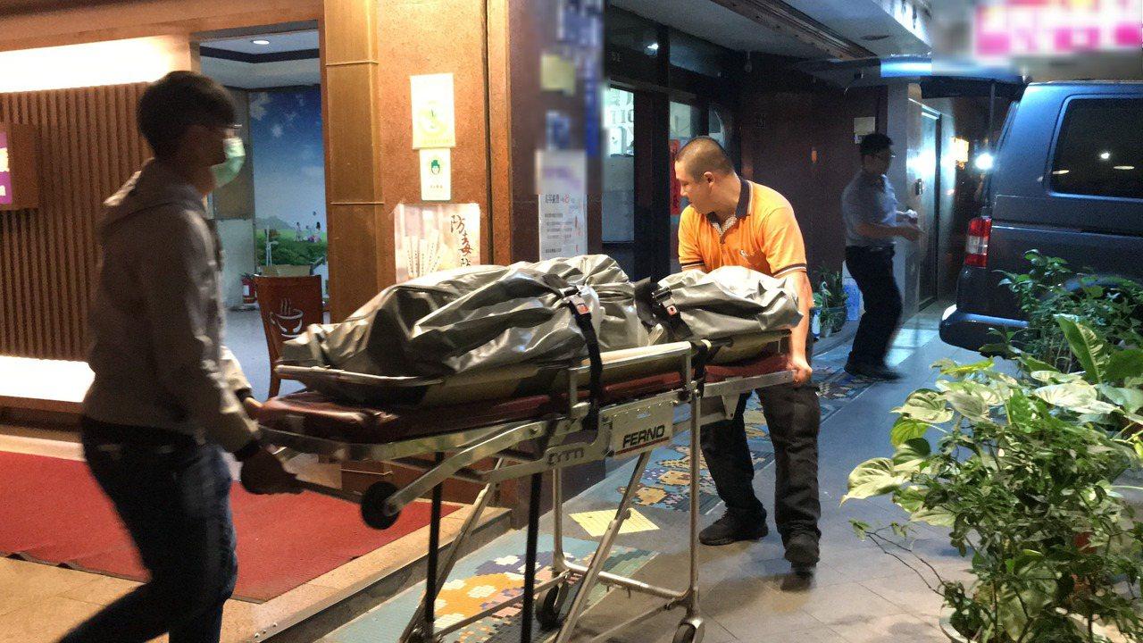 台中市發生三屍命案,29歲陳姓女子與雙胞胎幼嬰被發現陳屍在出租套房。台中市家防中...